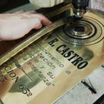 grabado en relieve metales